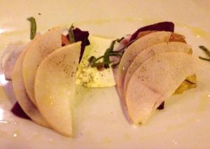 Entree de Saumon betterave, poire et fromage de chevre